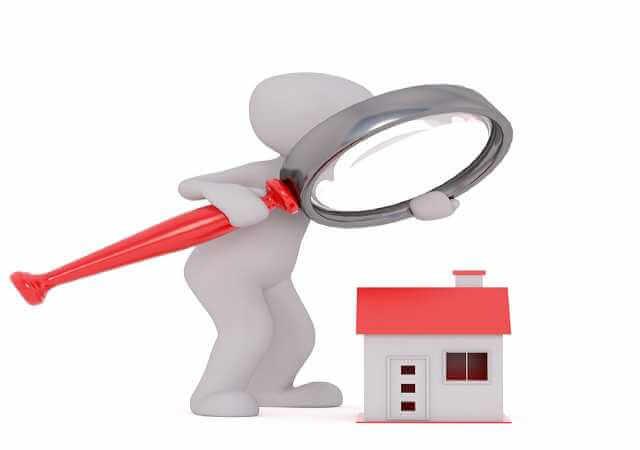 Общедомовое имущество многоквартирного дома, человечик смотрит на дом через лупу