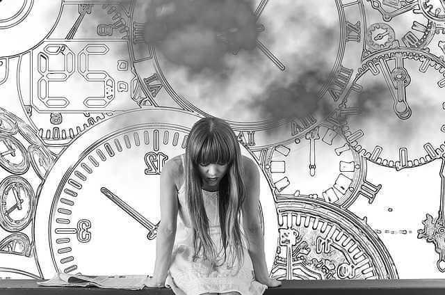 сколько ждать первых алиментов , девушка на фоне часов ждет