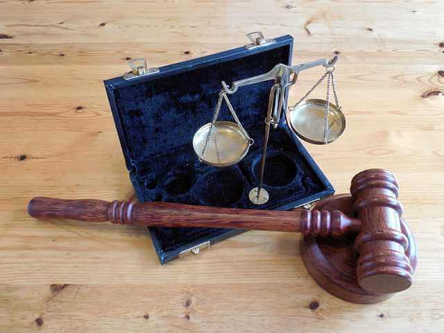 управляющая компания подала в суд за неуплату, судебный молоток и весы