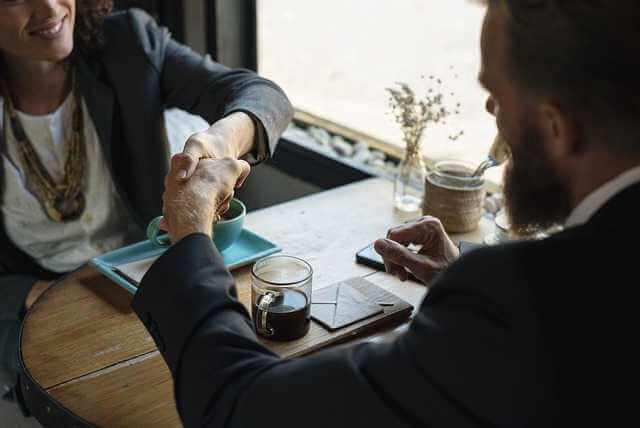 Квартира вместо алиментов, мужчина жмет руку женщине