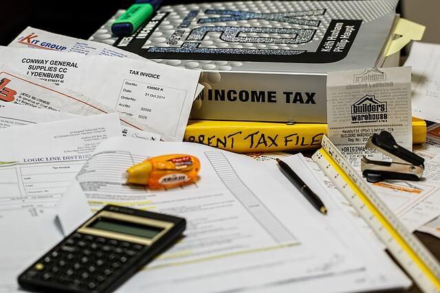 облагаются ли алименты подоходным налогом, документы и куча бумаги на столе