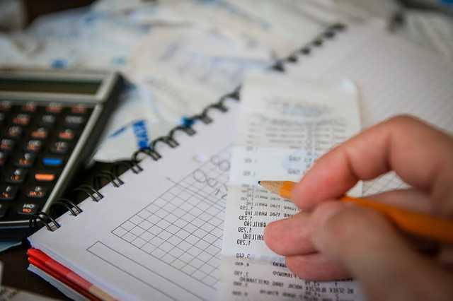 с чистой или грязной зарплаты начисляются алименты, чек из магазина, рука с карандашом