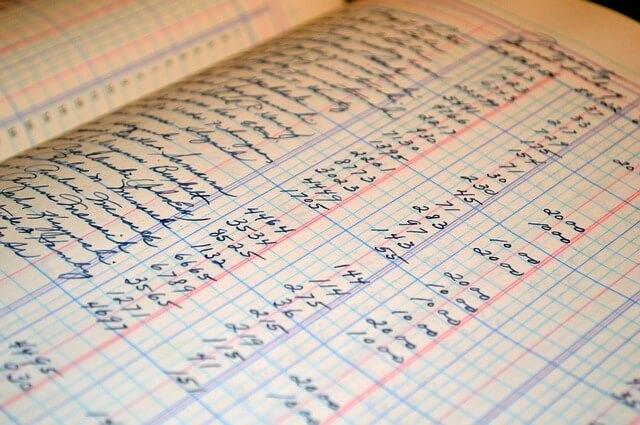 Взыскание коммунальных платежей, тетрадка с пометками о платежах по коммуналке