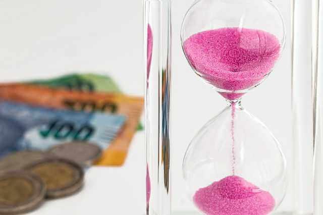 За сколько лет можно подать на алименты , песочные часы и деньги на заднем плане