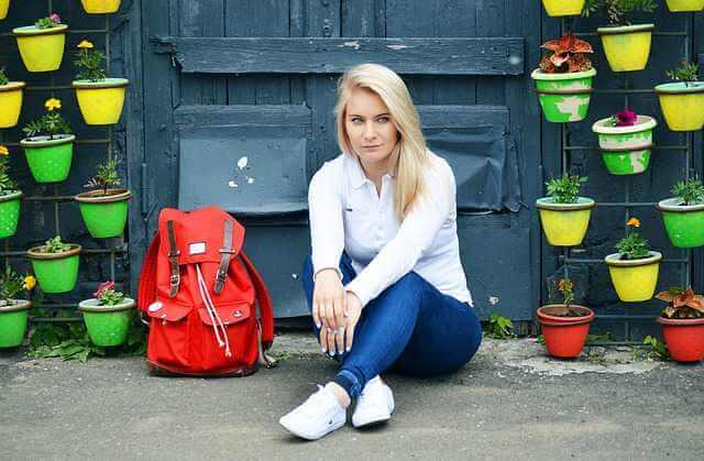 какие документы нужны чтобы прописаться в квартире,девушка сидит на асфальте с рюкзаком