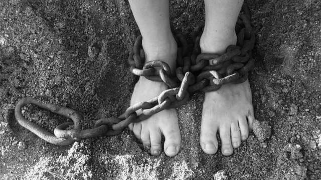 Штраф за просроченную прописку,ноги в цепях