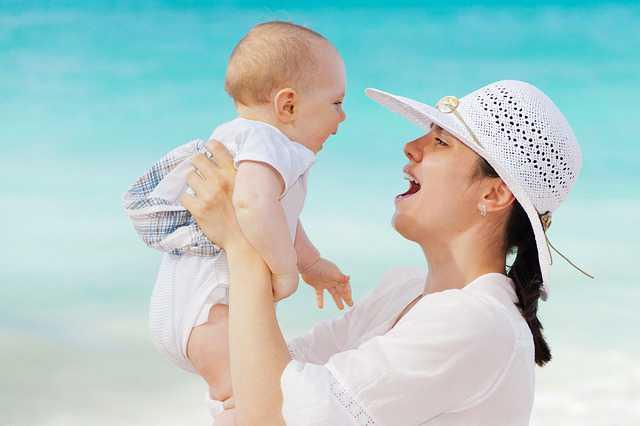 Временная прописка несовершеннолетнего ребенка, девужка держит ребенка на руках