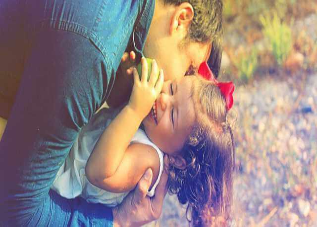 Временная регистрация ребенка для школы, детского сада, отец обнимает дочку