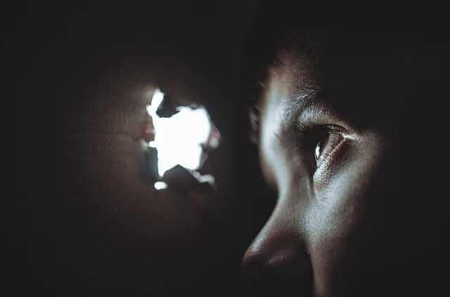 Выписка из квартиры при продаже квартиры,мальчик смотрит в дырку в коробке