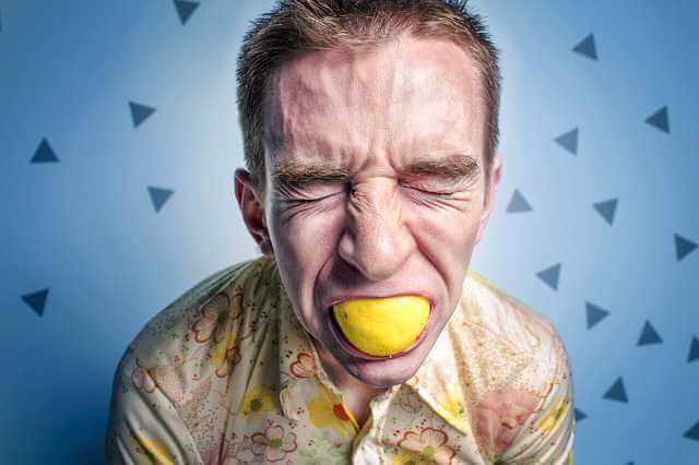 Выселение из квартиры непрописанного человека, мужик держит лимон во рту