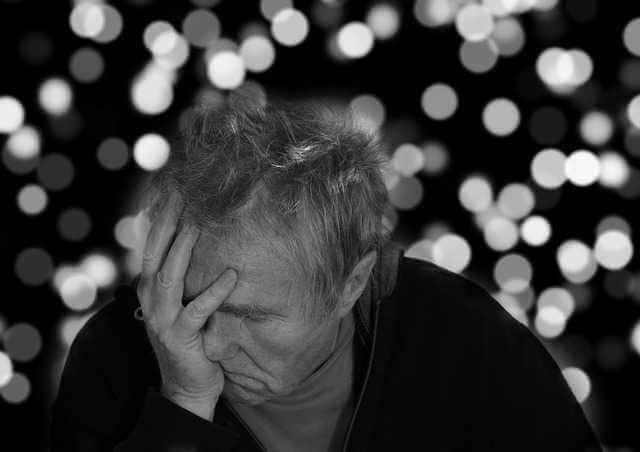 Выселение из квартиры прописанного человека не собственника, старик держится за голову