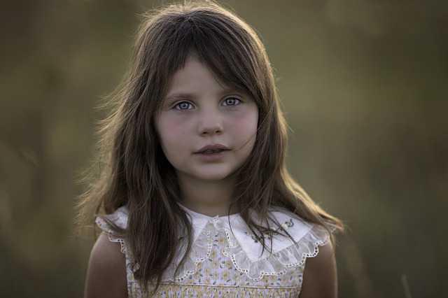 выселение несовершеннолетнего ребенка из квартиры, красивая девочка со слезами на глазах