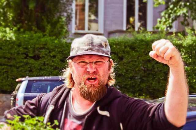 выселить квартирантов соседей из коммунальной квартиры,сосед показывает кулак