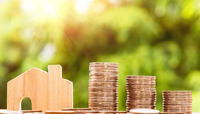Расчет стоимости ипотеки, деревянный домик и стопки монет