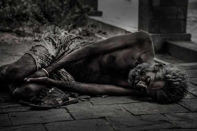 Срок рассмотрения заявки на ипотеку, бездомный лежит спит на сфальте