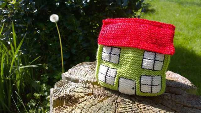 Что нужно знать об ипотеке, вязанный домик лежит на пеньке