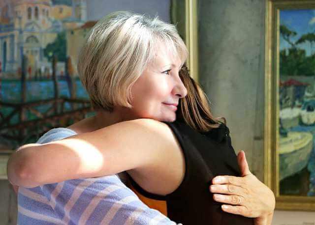Что такое договор дарения квартиры,мама обнимает дочку