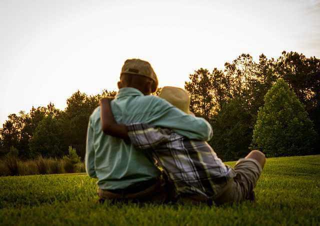 Дарственная или завещание на квартиру,внук обнимает дедушку