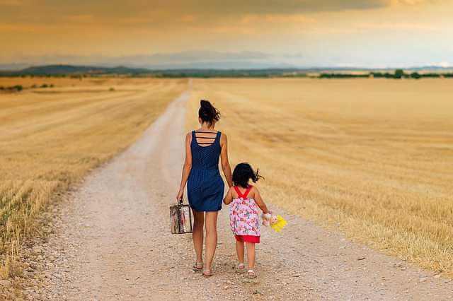 Дарственная на квартиру после смерти дарителя,девочка с мамой идет по дороге с чемоданом