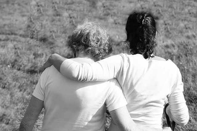 дарственной на квартиру между близкими родственниками, мать с дочерью обнимают друг друга