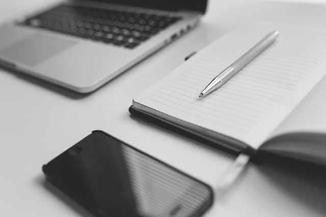 Документы для оформления дарственной на квартиру, ручка, телефон, блокнот, ноутбук