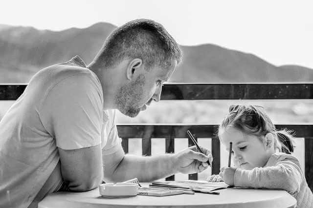 где взять справку о составе семьи, папа с дочкой рисует карандашами