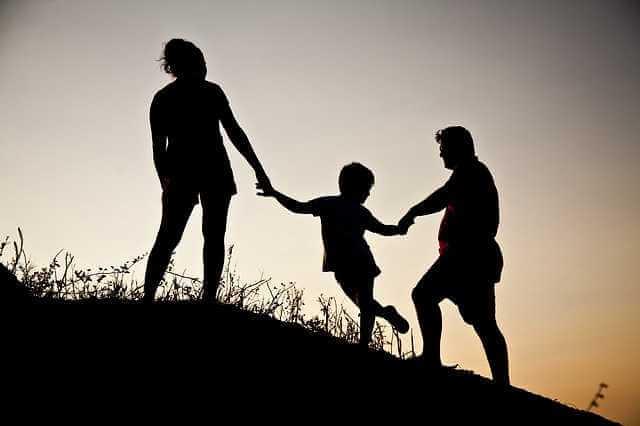 Плюсы и минусы завещания на квартиру, семья на природе держится за руки