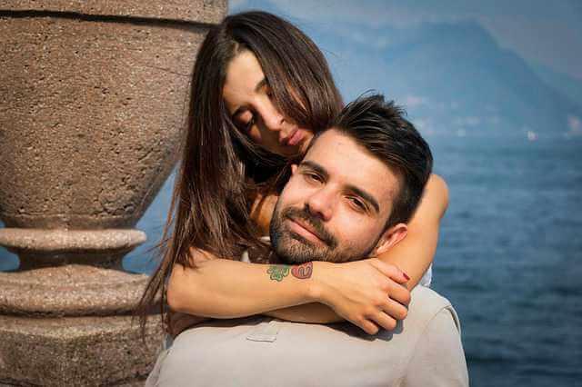 подарить квартиру пошаговые инструкции , влюбленная пара обнимается