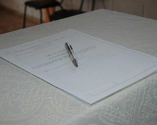 Получить дубликат свидетельства о браке, бланк заявления и ручка на нем