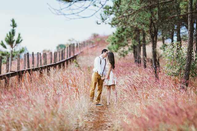 получить Российское гражданство заключив брак , молодая пара целуются