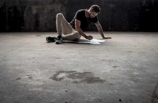 заламинировать свидетельство о браке, мужик сидит на полу перебирает документы