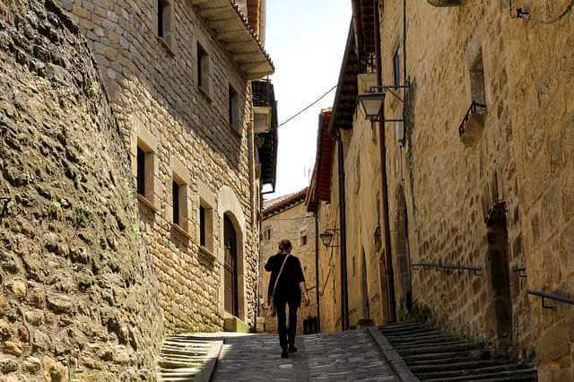 Как разделить ипотечную квартиру при разводе,девушка идет по узкой улочке среди старых домов