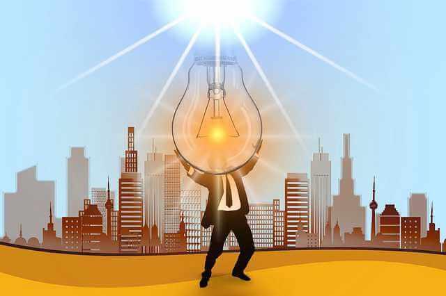 С чего начать оформление ипотеки, человек держит большую горящую лампочку