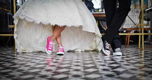 в каком возрасте можно вступать в брак,жених и невеста в свадебном наряде и в кроссовках