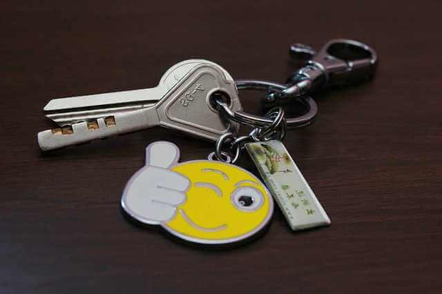 Ипотечное покрытие, связка ключей с брелком смайлика