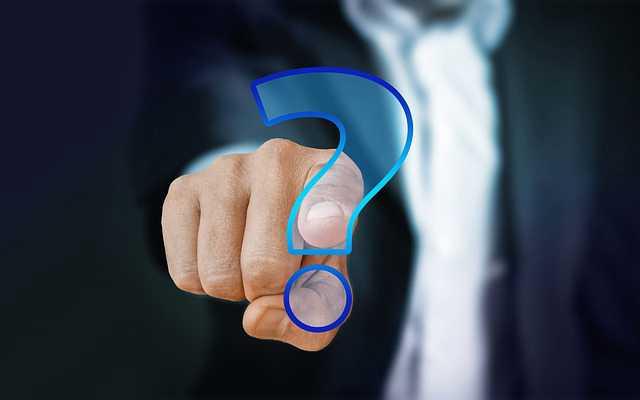 Ипотечный брокер,человек показывает пальцем на знак вопроса
