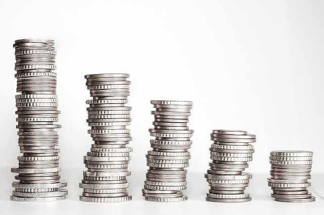 Льготная ипотека под 6%, стопки монет на столе