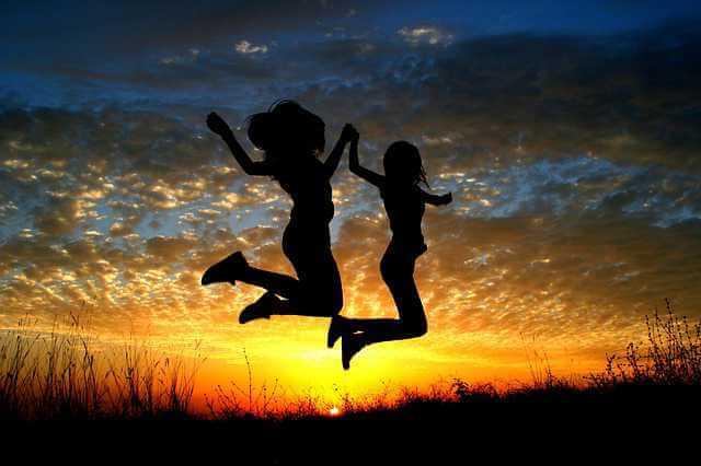 Последующая ипотека,девушки прыгают на закате