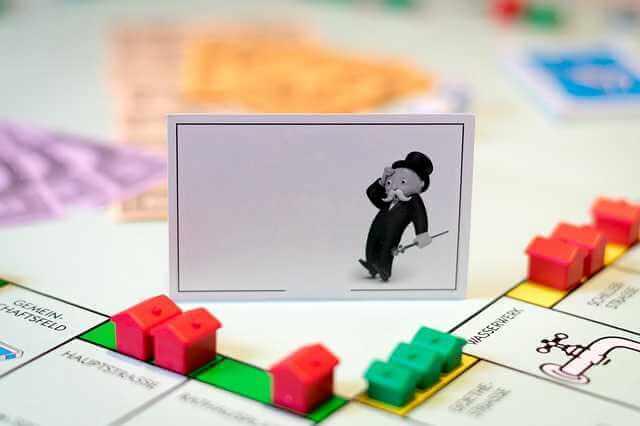 Риски ипотечного кредитования, домики и удивленный человечек