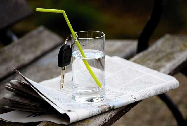 Счета эскроу по ипотеке , стакан воды,трубочка и ключ от квартиры