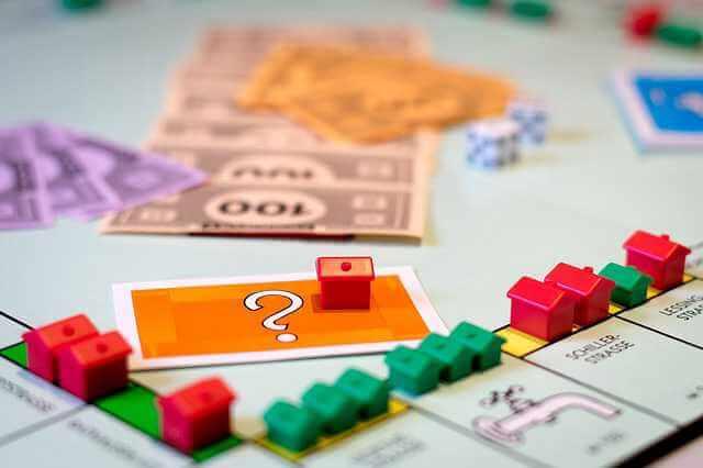 снижение ставок по ипотеке, игрушечные домики,деньги, игра