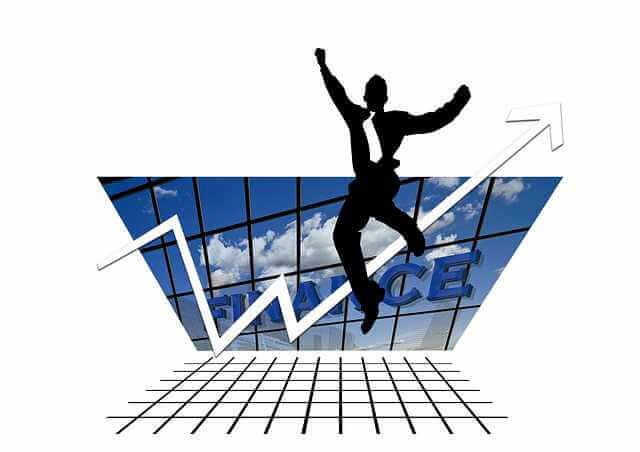 График платежей по ипотеке, человек прыгает от радости на фоне графика