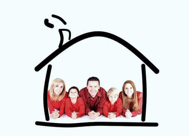 Ипотека с господдержкой или государственная ипотека, семья сидит в нарисованном домике