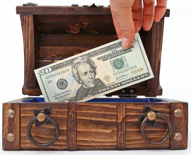 Максимальная сумма ипотеки, рука вытаскивает деньги из сундучка