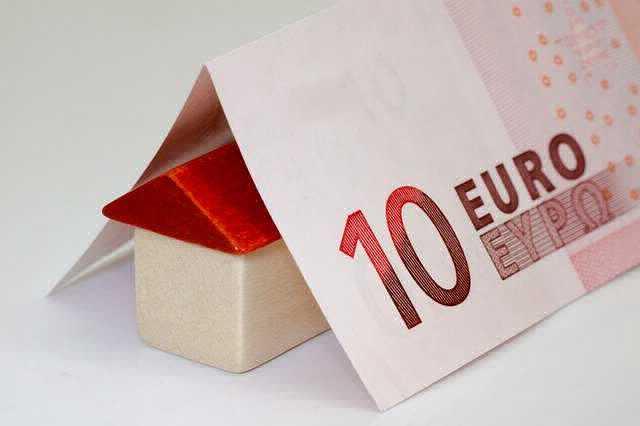 Переменная процентная ставка по ипотеке , дом под крышей из денег