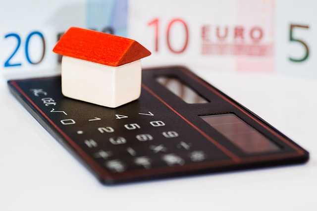 правовое регулирования ипотеки , маленький домик стоит на калькуляторе
