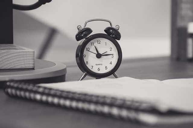 Срок действия оценки недвижимости, будильник на столе