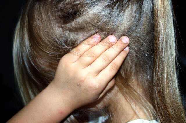 Узнать остаток по ипотеке в Сбербанке, девочка закрывает уши руками