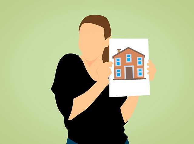 Закладная на квартиру по ипотеке в Сбербанке, девушка держит картинку дома в руках