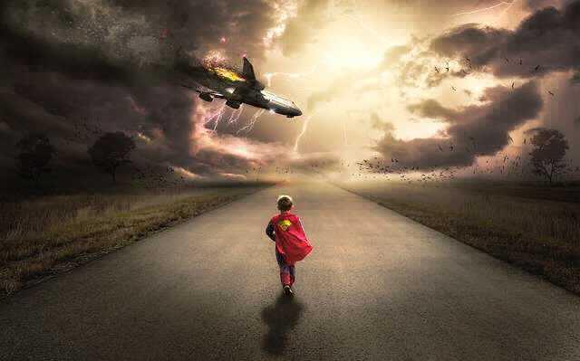 Жилищный кредит от Сбербанка, мальчик идет по дороге на встречу падающему самолету